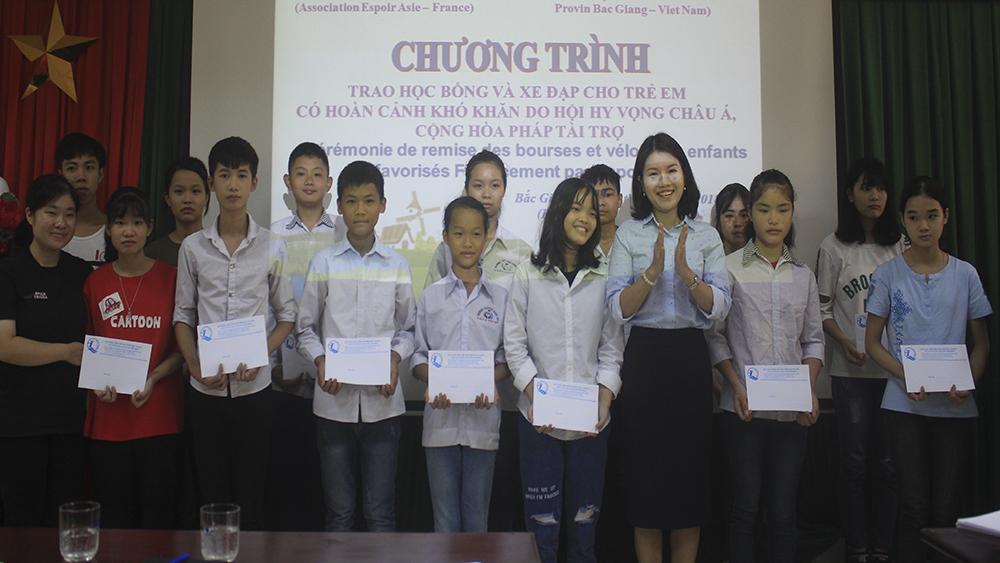 Trao học bổng cho học sinh hoàn cảnh khó khăn